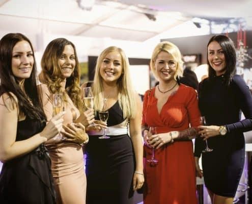 Schöne Frauen auf der Yacht und Lifestyle Bodensee Genussmesse